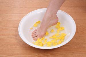 足湯で臭いを解消する様子