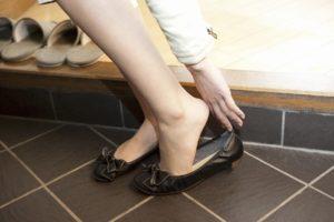 靴を脱ぐ様子