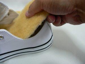 靴に中敷きを入れる様子
