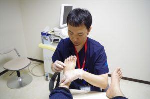 足が病気か診断する様子