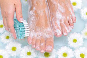 足を正しく洗う様子