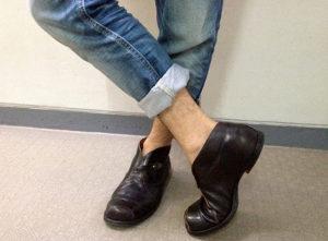 靴下を履かないで革靴を履く