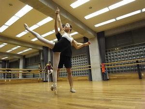 バレエを練習する風景