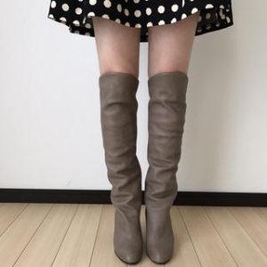 ロングブーツを履く女性